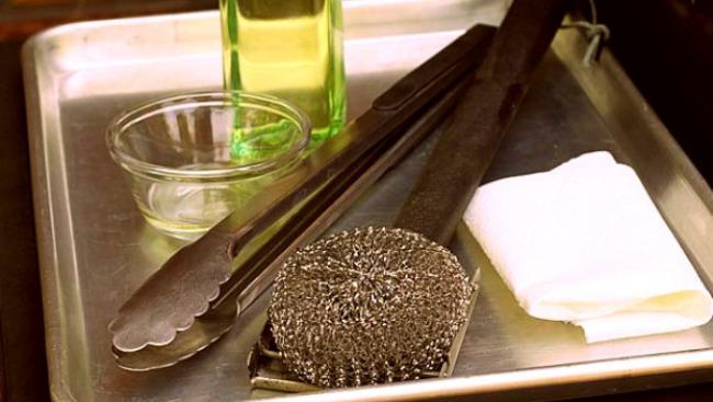 Как быстро почистить гриль и предотвратить прилипание пищи к решётке