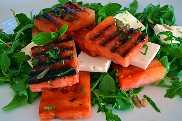 Салат-закуска с жареным арбузом, мятой и сыром Фета