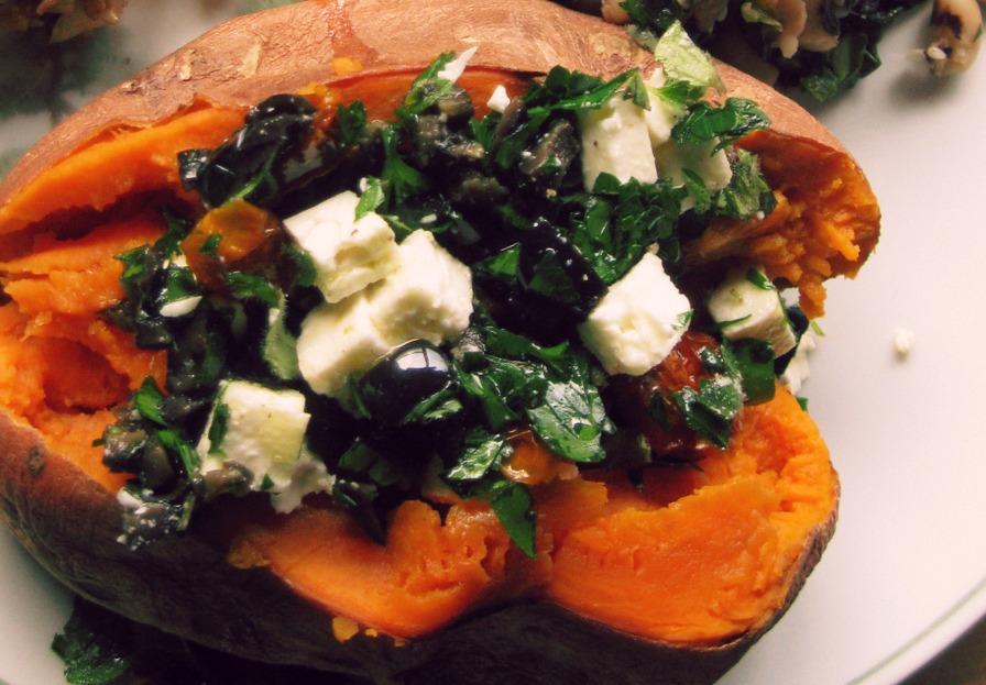 Картофель, фаршированный фетой, клюквой и шпинатом