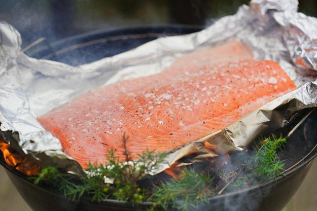 Чтобы рыба не получилось сухой, перед жаркой вымочите ее в маринаде из морской соли