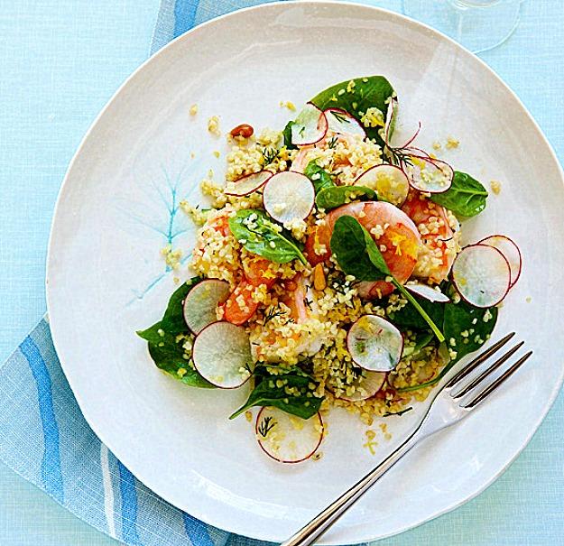 Салат с кус-кусом, креветками и шпинатом