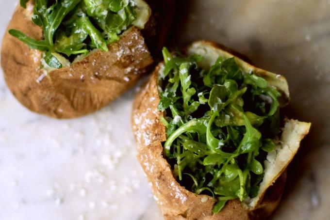 Запечённый картофель с морской солью и рукколой