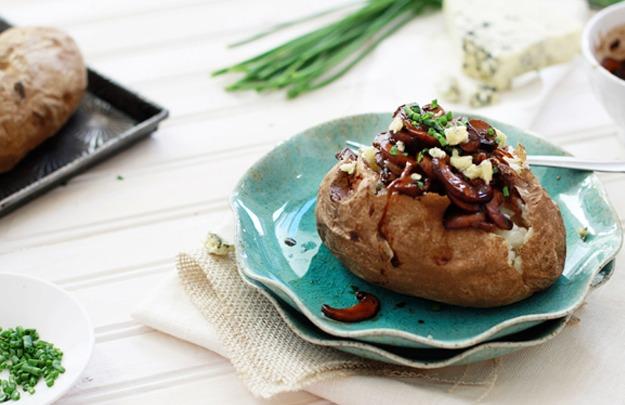 Печёный картофель с карамелизированным луком и грибами