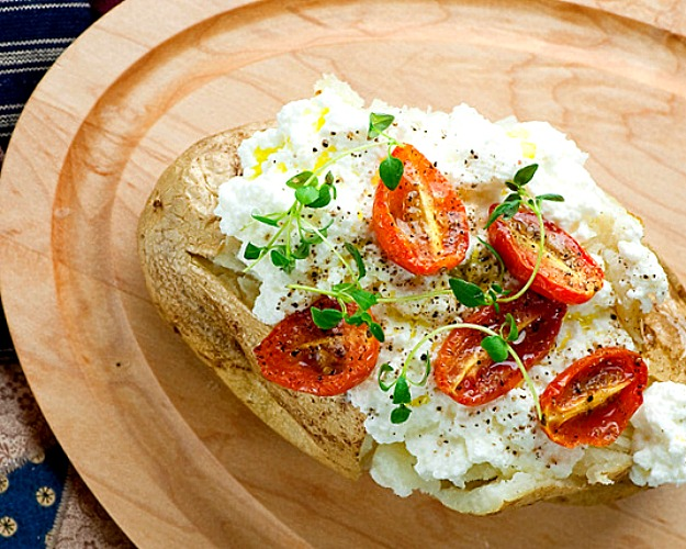 Картофель, запечённый с помидорами и сыром рикотта