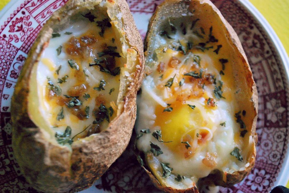 Яйца, запечённые в картофельных шкурках