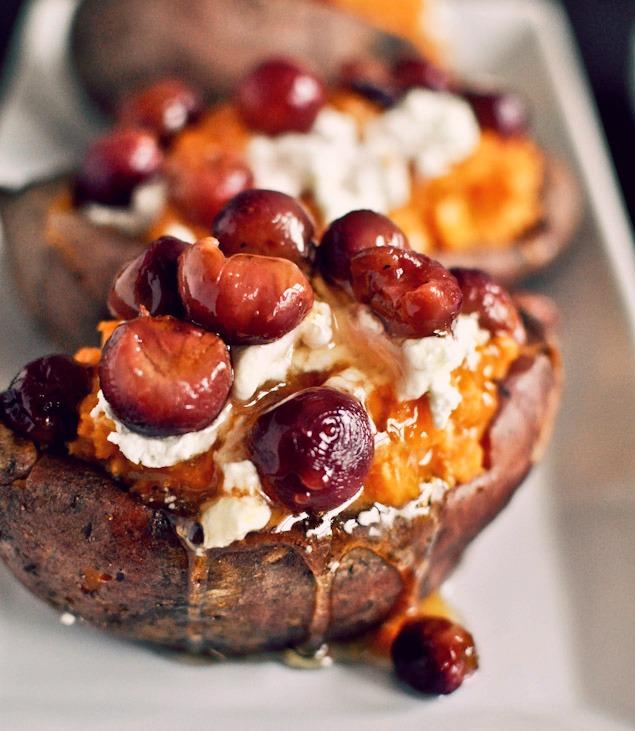 Сладкий картофель, фаршированный жареным виноградом, козьим сыром и мёдом