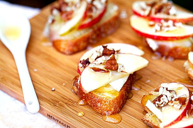Брускетта с яблоком, мягким сыром и мёдом