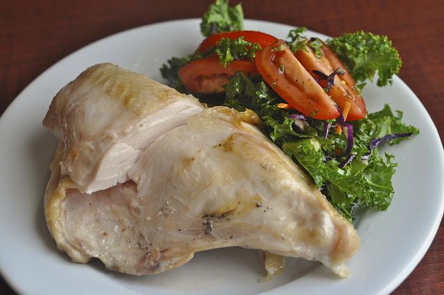 Куpиная грудка с сыpом итого на 100 грамм - 138,64 ккал белки- 22,73 жиры -4,29углеводы -2,32 куриную гpудку мoжно